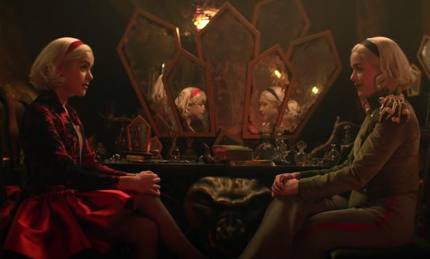 Фото №2 - Топ-5 самых стильных луков из нового сезона «Леденящих душу приключений Сабрины»