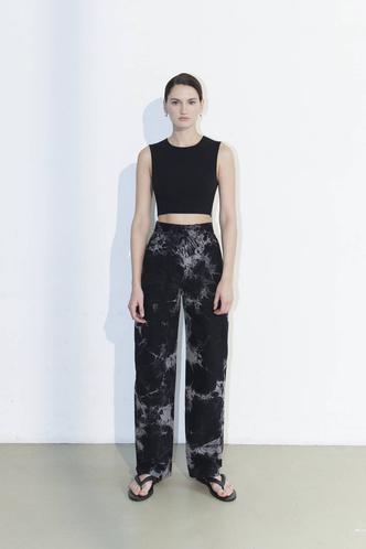 Фото №3 - Самые трендовые джинсы сезона весна-лето 2021: собрали 11 пар, которые украсят ваш гардероб