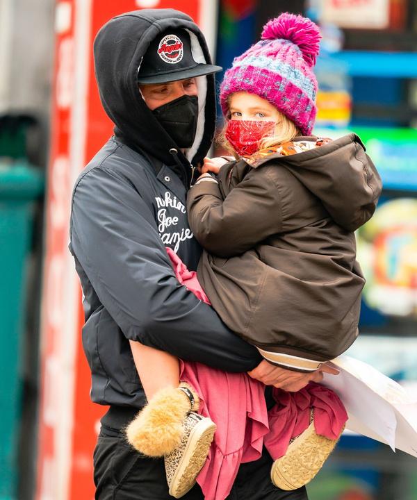 Фотографии, от которых мы не можем оторваться: Брэдли Купер с малышкой Леей на руках