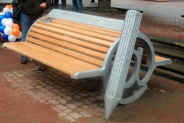 Фото №1 - Артемий Лебедев ославил нижегородскую «скамейку блогеров» ижевского скульптора