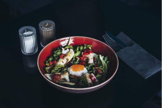 Фото №3 - Кухня ELLE DECORATION: салат с кальмарами и яйцом пашот
