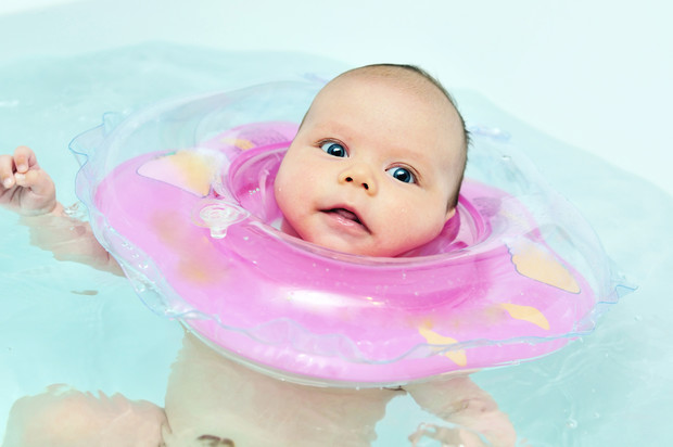 Фото №2 - Как научить грудничка плавать: дома и в бассейне