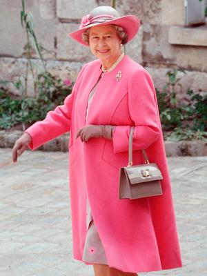 Фото №4 - Модный протокол: почему королевские особы носят сумки только в руках