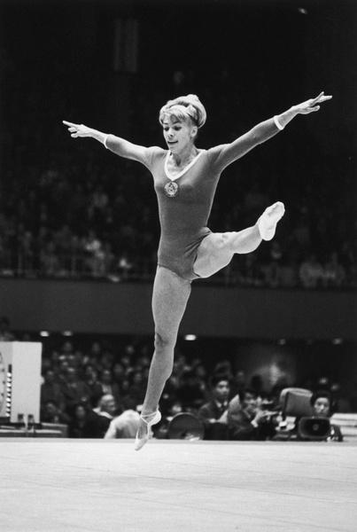 Фото №15 - Чемпионка на 4-м месяце беременности: история гимнастки Ларисы Латыниной, которая прыгнула выше головы