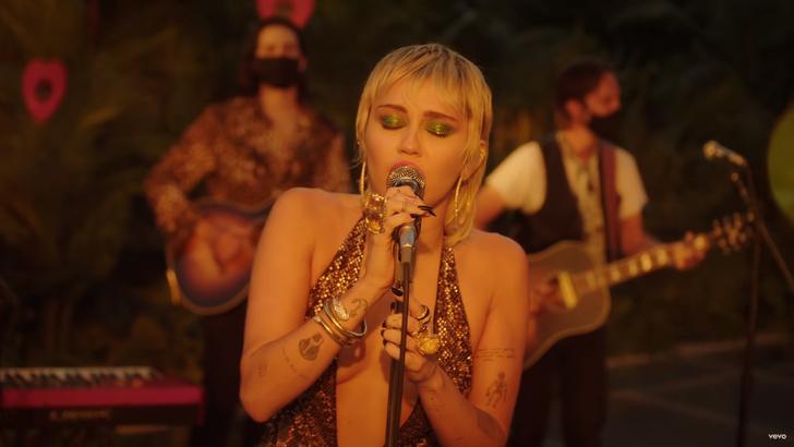 Фото №1 - Miley Cyrus отменно поет песни Cranberries и Pearl Jam и еще 8 клипов недели