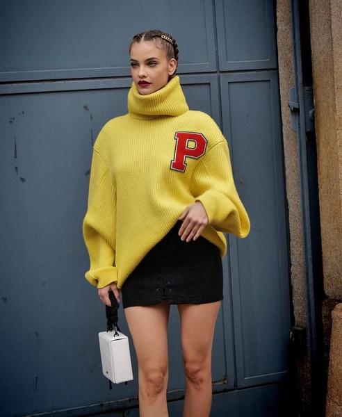 Фото №1 - Желтый свитер и мини-юбка: Барбара Палвин показала яркий осенний аутфит на Неделе Моды