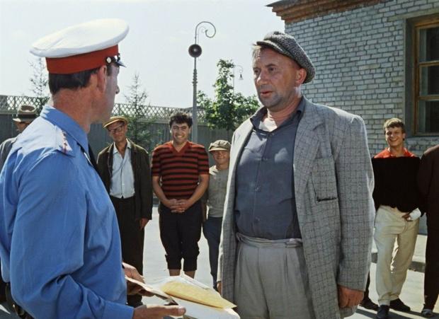 Фото №1 - ФСИН сообщила о зарплатах заключенных до 224 тысяч рублей. Соцсети шутят и выбирают статьи УК