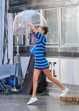 Фото №4 - Дождливый день в Нью-Йорке: очаровательная Белла Хадид показывает свой вариант аутфита для пасмурной погоды