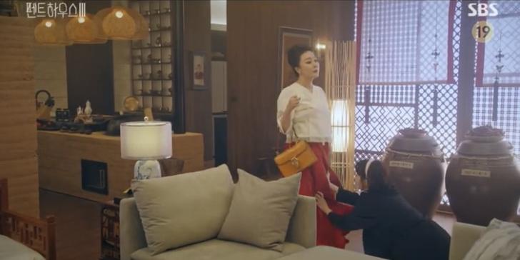 Фото №2 - Самые стильные сумки героинь в третьем сезоне дорамы «Пентхаус»
