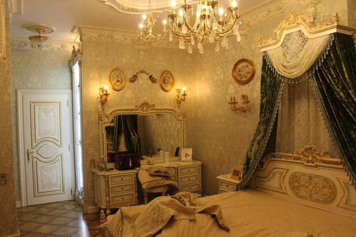 Фото №8 - Вензеля, велюровые диваны и золотой ободок унитаза: почему у тех, кто у власти, такой провинциальный вкус