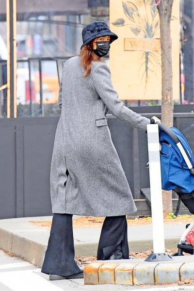 Фото №20 - Ирина Шейк вышла погулять в грязных штанах и «дырявом» пальто