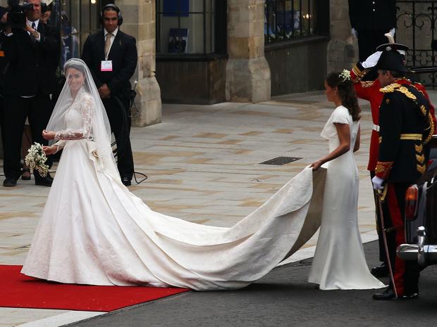 Фото №8 - Невеста на миллион: 7 самых дорогих свадебных платьев королевских особ
