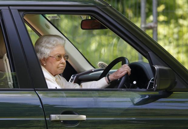 Фото №3 - Елизавета II рассказала, что делает с многочисленными письмами от поклонников