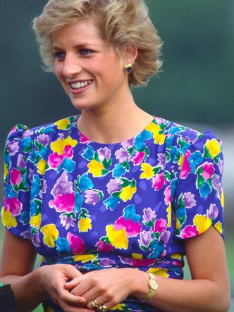 Фото №2 - В Сети появились новые фото со съемок «Короны»: сможете отличить принцессу Диану из сериала от настоящей?