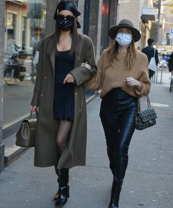 Кожаная косынка— самый модный аксессуар весны. Как его носить— показывает Ирина Шейк