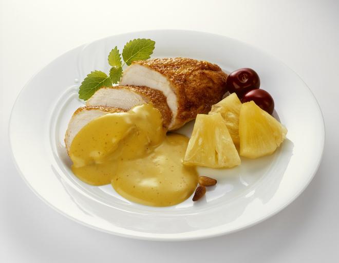 Куриные грудки с ананасами и сыром выпекают 40-45 минут
