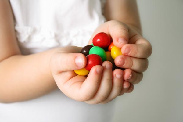 Фото №1 - Детки и конфетки: можно, если осторожно