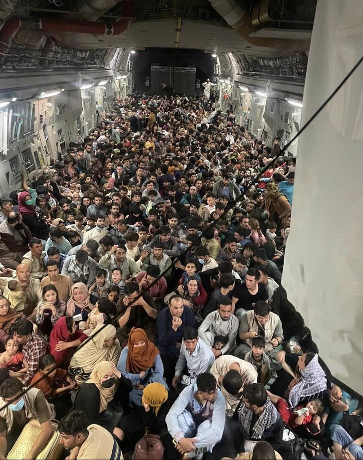 Фото №1 - Фотографии панической эвакуации из Кабула потрясли мир