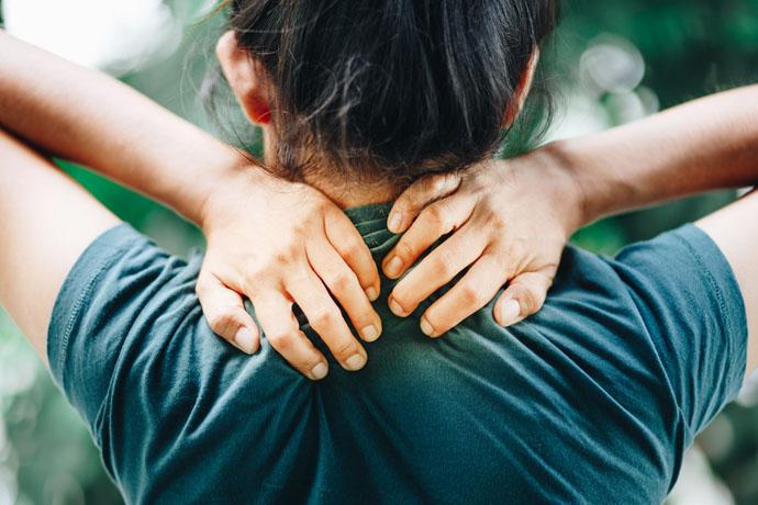 Почему болит шея: первые признаки формирования грыжи