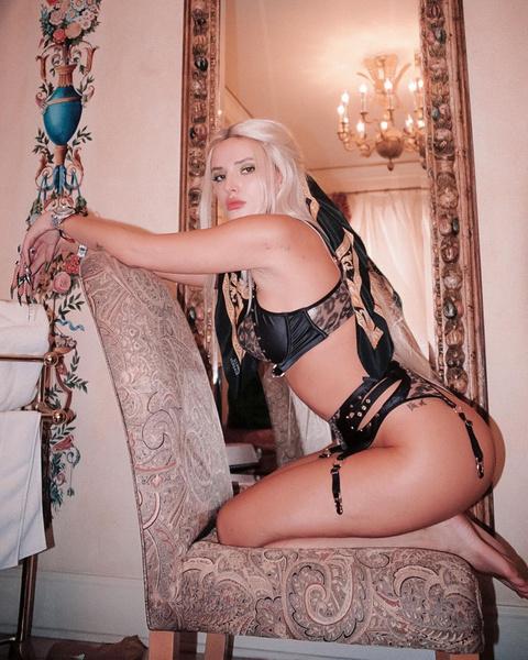 Фото №2 - Платиновый блонд— самый стильный цвет волос этой осени. Доказывает Белла Торн 💁🏼♀️