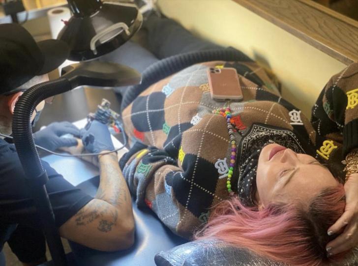 Фото №1 - Мадонна сделала первую в жизни татуировку. Чему она посвящена?