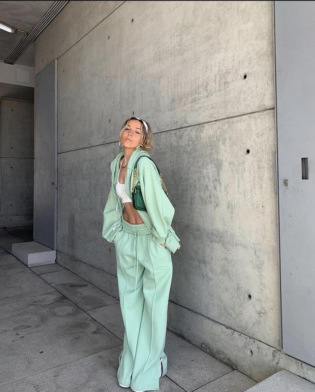 Фото №2 - Костюм цвета шалфея— самая модная покупка сезона весна-лето. Посмотрите на Софию Коэльо и убедитесь в этом
