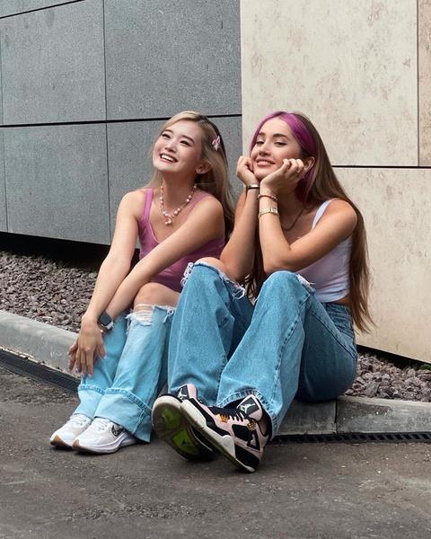 Фото №2 - Парный аутфит для подруг с модными джинсами: показывают Даша Джакели и Кристина Ким