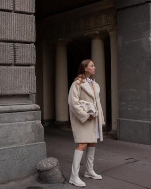 Фото №11 - Надоел пуховик? Вот какие пальто, эко-шубы и дубленки в моде этой зимой