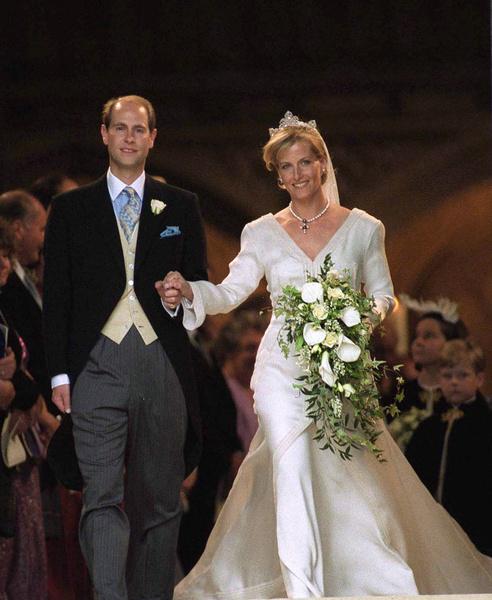 Фото №16 - Самые знаменитые свадебные платья Виндзоров: неудачные, смелые и даже бодипозитивные