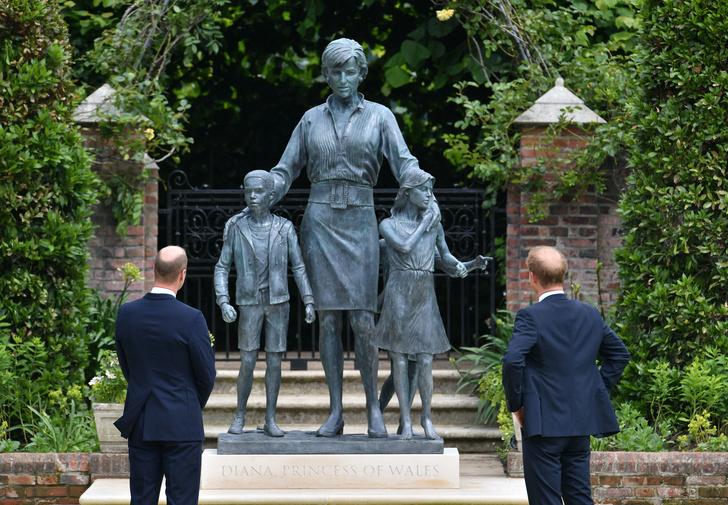 Фото №1 - Руки в карманах, смех на камеру: как Гарри вел себя на открытии памятника матери