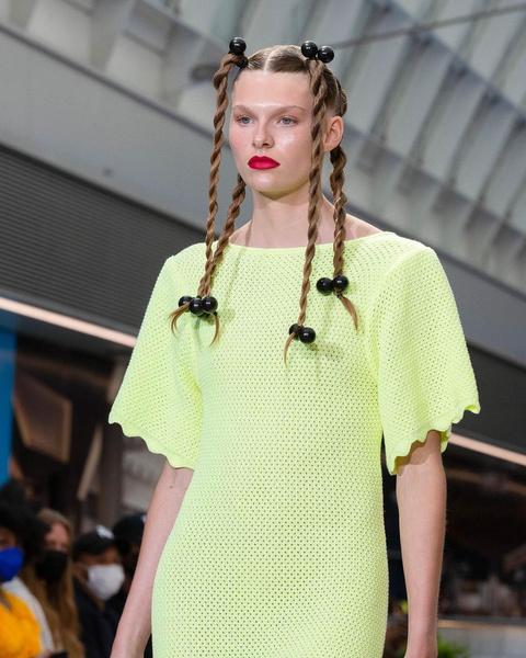 Фото №2 - Как стильно носить косички: повторяем главный бьюти-тренд Недели моды в Нью-Йорке