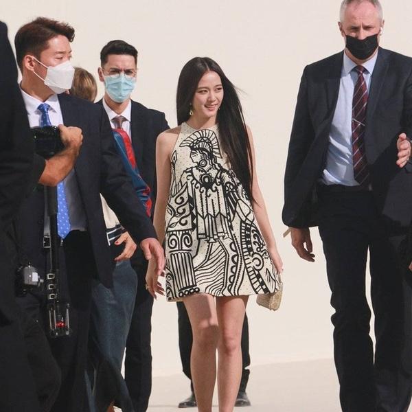 Фото №1 - Смотри, как эффектно появилась Джису из BLACKPINK на показе Dior в Париже 😍