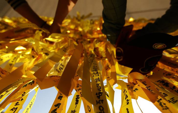 Фото №3 - Трагедия народа: почему корейские селебы носят желтые браслеты? 💛