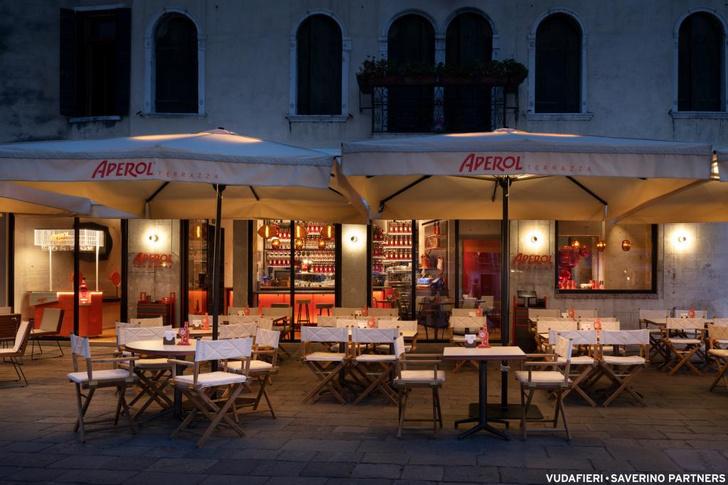 Фото №2 - Новый бар Aperol в Венеции по проекту Vudafieri-Saverino Partners