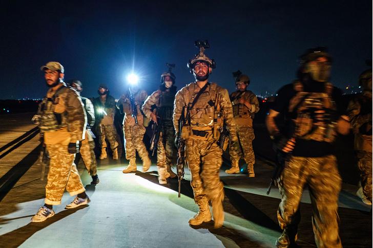 Фото №1 - ВС США выложили фото последнего американского солдата, покидающего Афганистан