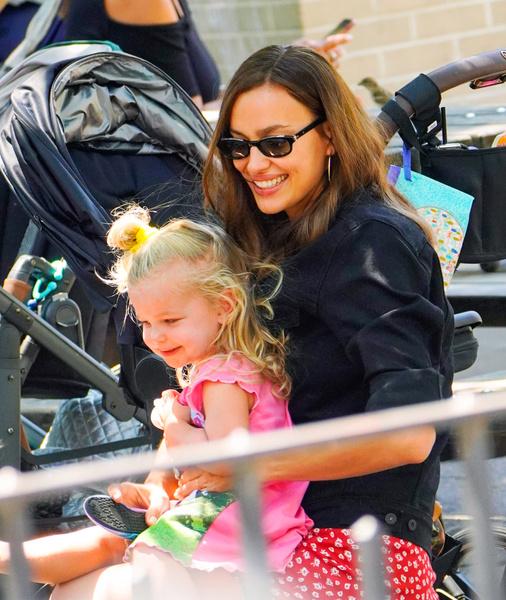Фото №1 - Шейк впервые рассказала, как воспитывает дочь от Брэдли Купера