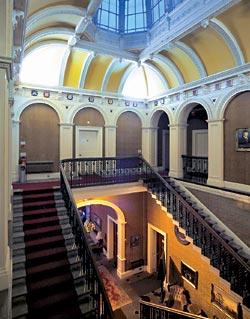 «Верх (холла. — Ред.) был обведен галереей с перилами, на которую вела двухпролетная лестница. Оттуда тянулись два длинных коридора, куда выходили все спальни...» («Собака Баскервилей»). Гостиница «Баскервильхолл». Южный Уэльс
