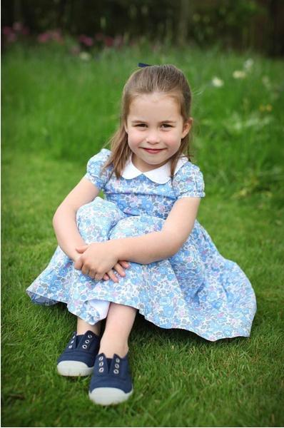 Фото №1 - Принцесса Шарлотта идет в школу в 4 года: она уже говорит по-французски, готовит, командует братом и ставит на место репортеров