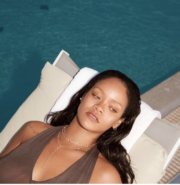 Фото №1 - Рианна в прозрачном купальнике показывает, как сногсшибательно можно выглядеть без макияжа