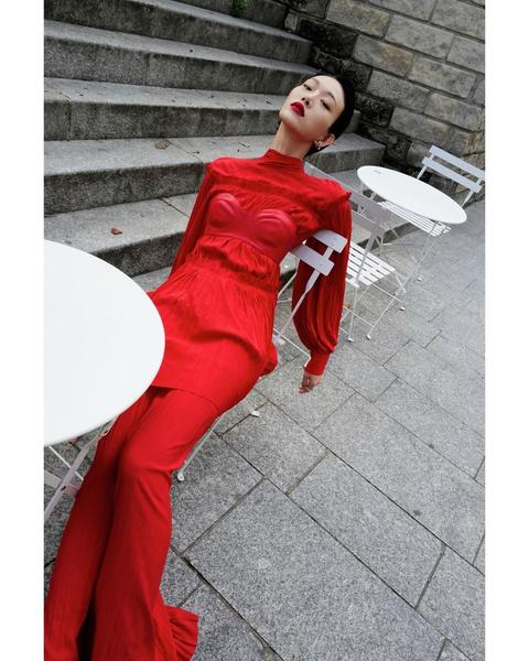 Фото №2 - Как эффектно носить самую модную вещь сезона— кожаный бра-топ: учимся у южнокорейской модели Соры Чой
