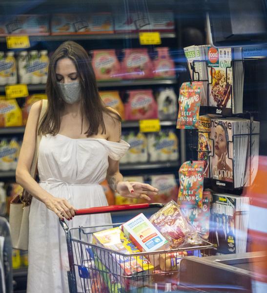 Фото №2 - Подсмотрели: в чем Джоли ходит за продуктами и что из еды покупает домой