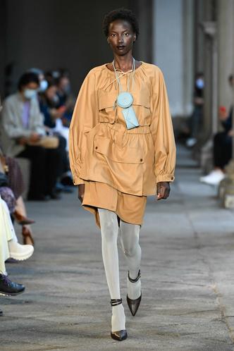 Фото №48 - Идеально скроенные пальто, самые стильные тренчи и брючные костюмы на показе Max Mara