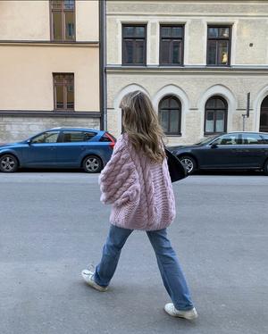 Фото №1 - Объемный шерстяной свитер, как у Матильды Джерф,— модная и удобная альтернатива верхней одежде