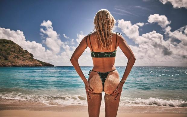Фото №3 - Тело мечты: изумрудный купальник Девон Виндзор с очаровательными пуговками