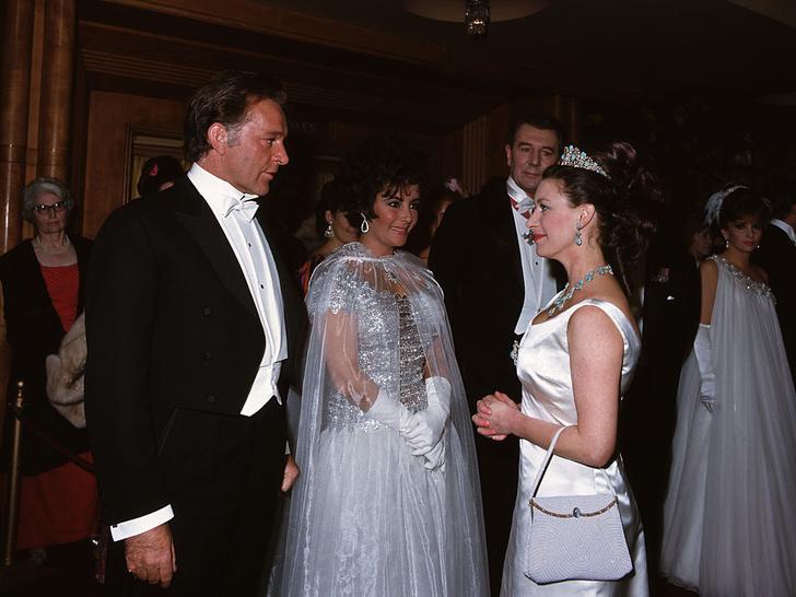 Фото №13 - Как королевские особы одеваются на кинопремьеры: самые роскошные выходы, которые вошли в историю
