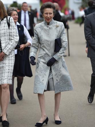 Фото №2 - И на солнце есть пятна: новый выход и редкий модный провал любимой невестки Королевы