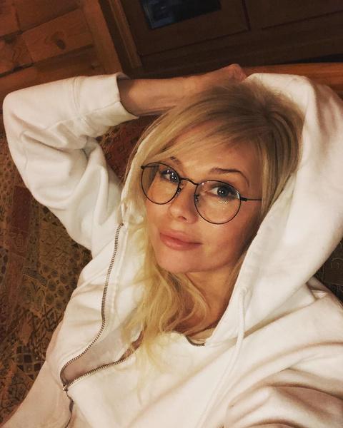 Фото №1 - Табу на женатых и сплетни: Елена Корикова поздравила себя с 49-летием