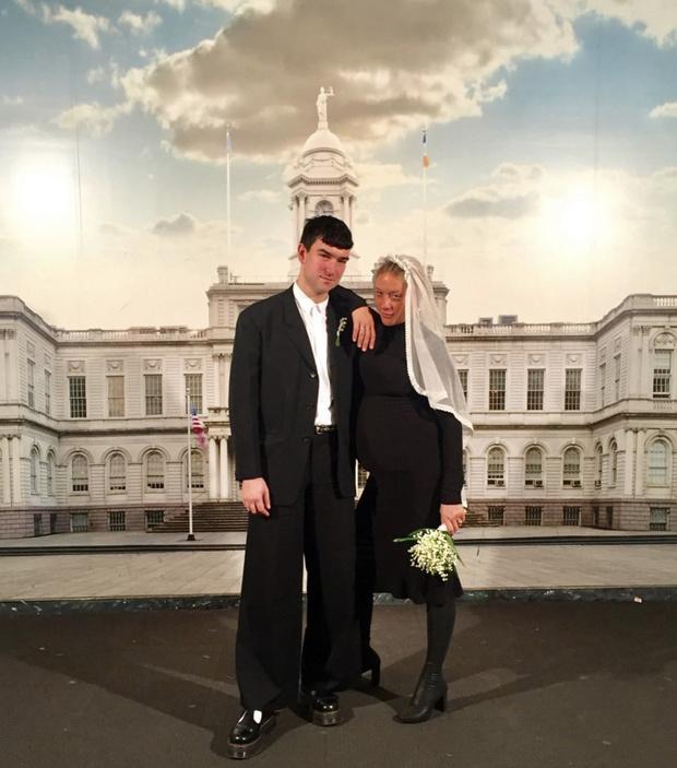 Фото №1 - Невеста в черном: Хлоя Севиньи поделилась фото со своей тайной свадьбы
