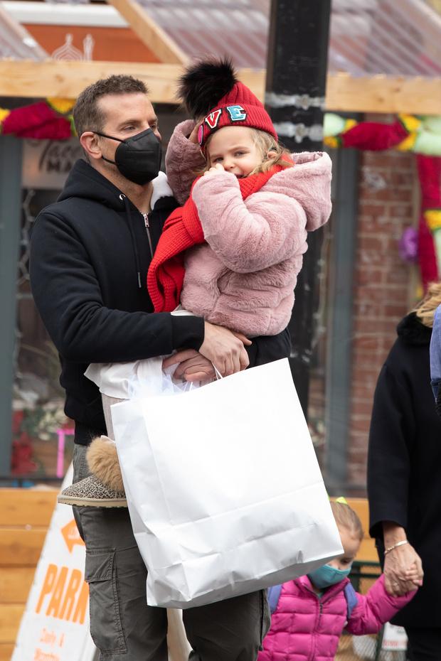 Брэдли Купер с дочкой фото