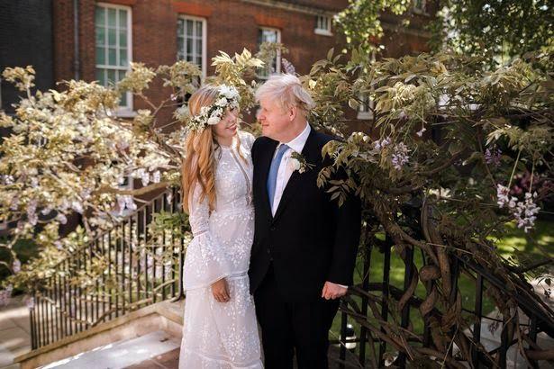 Фото №1 - Свадебный #newlook: греческое подвенечное платье и венок вместо букета первой леди Великобритании
